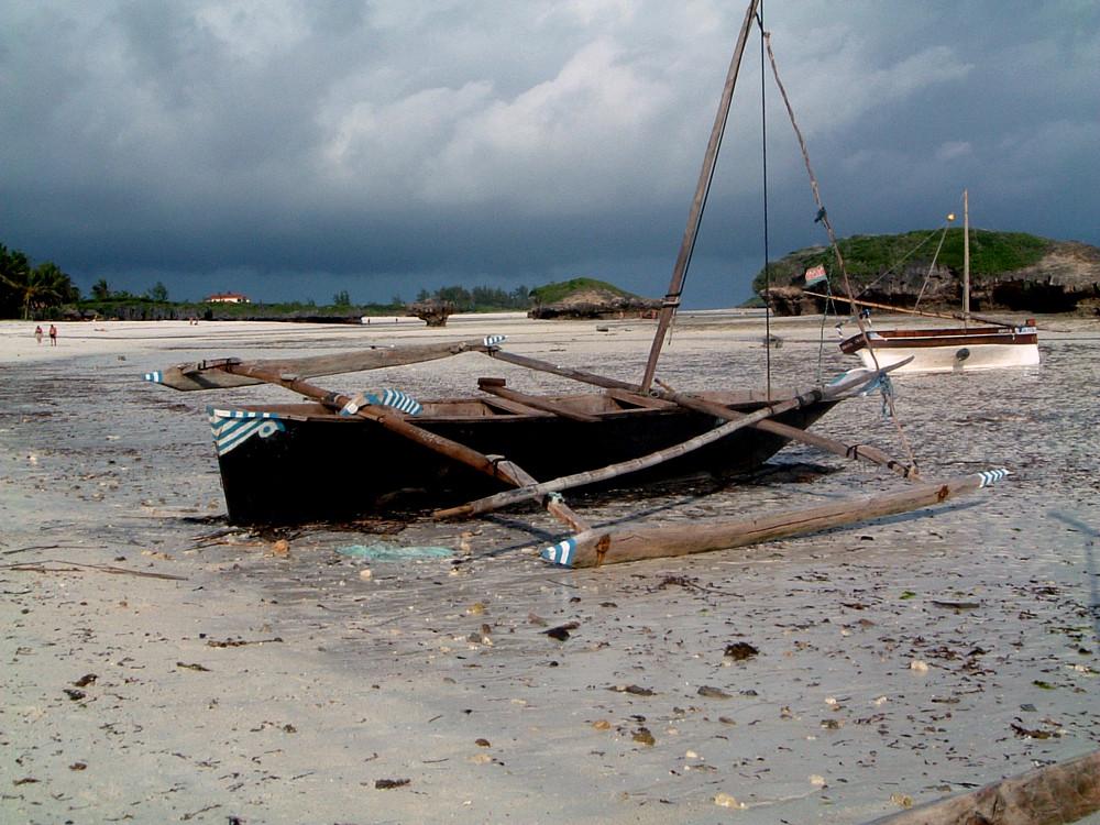 Barca keniota in secca (bassa marea)