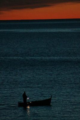 Barca sul mare al tramonto