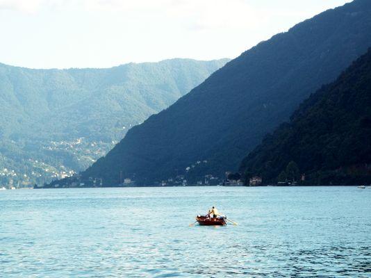barchetta in mezzo al lago