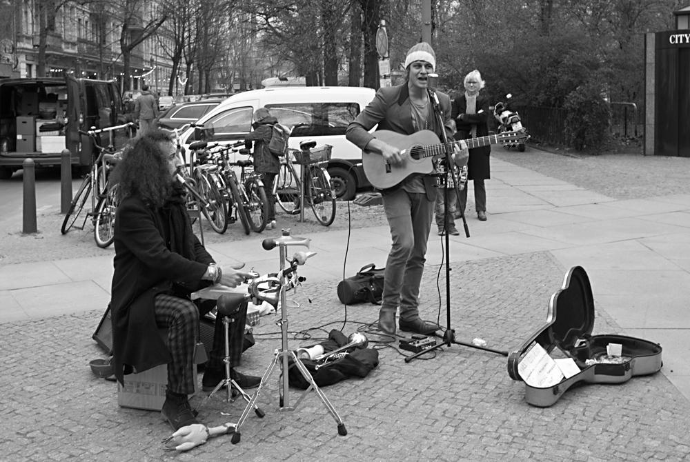 Barde mit Perkussionist