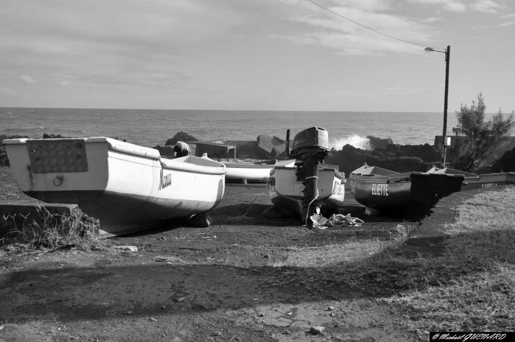 barques de pêche attendant un océan plus clément