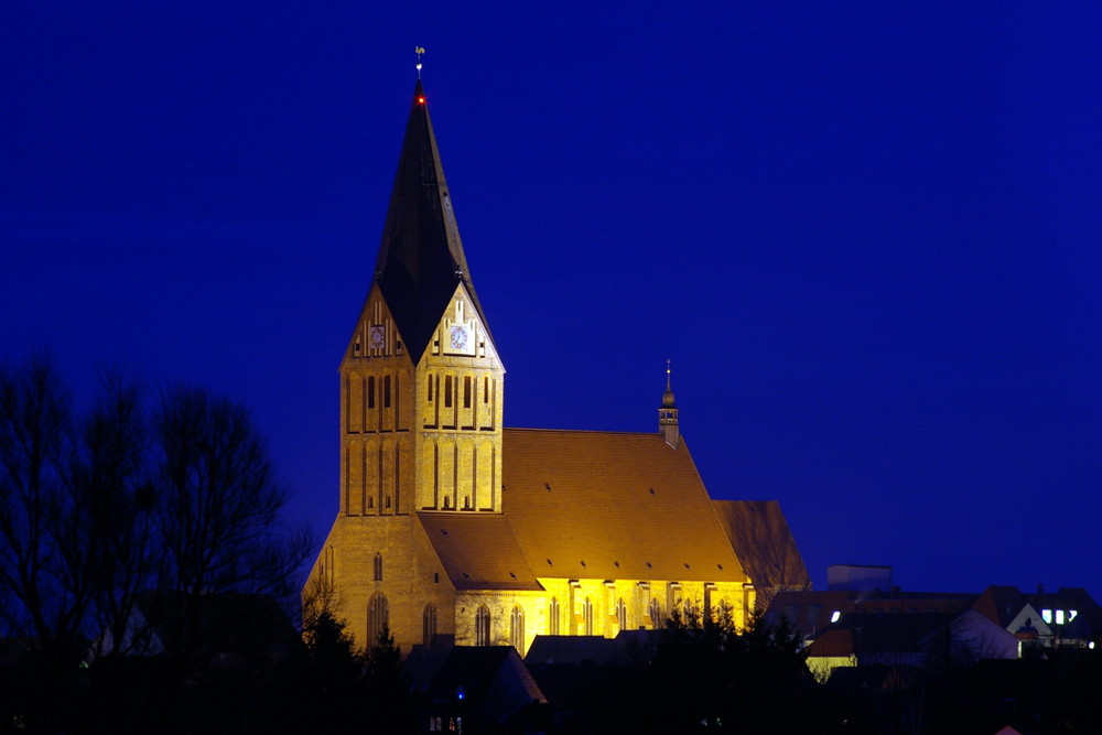Barther Kirche bei Nacht