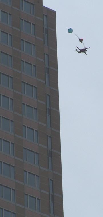 Basejumper - Sprung vom Messeturm Frankfurt
