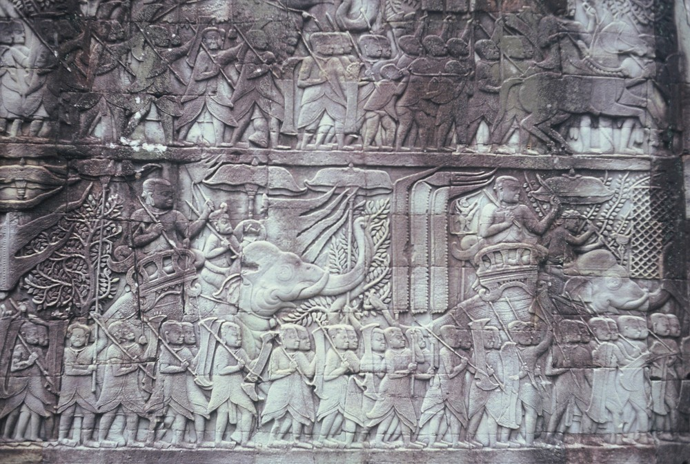 bassorilievi con guerrieri khmer...