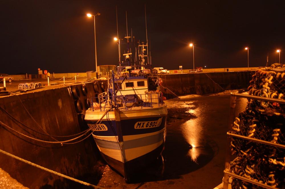 Bateau dans un port lors d'une soirée d'été