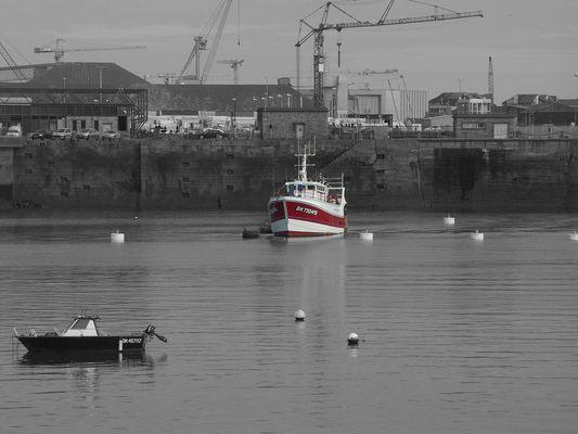 bateau rouge et blanc