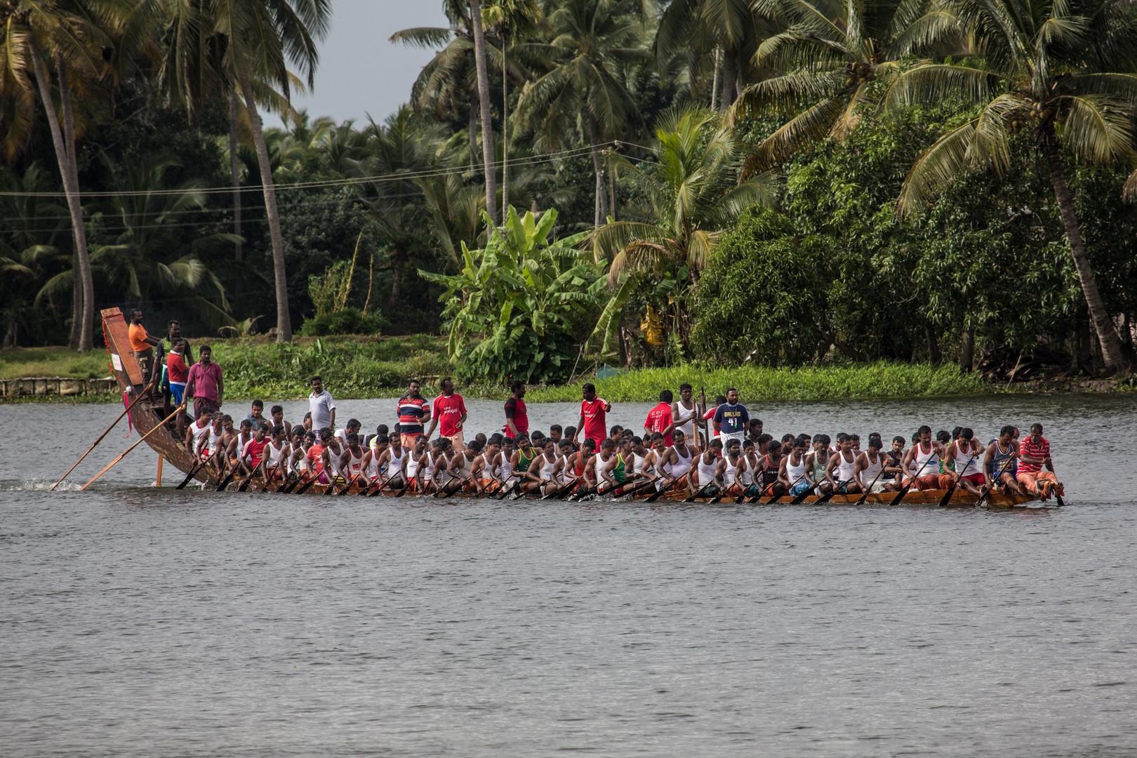 Bateau-serpent s'entrainant pour la course traditionnelle du Nehru Trophee