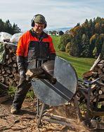 Bauer bei Holzsägearbeiten!