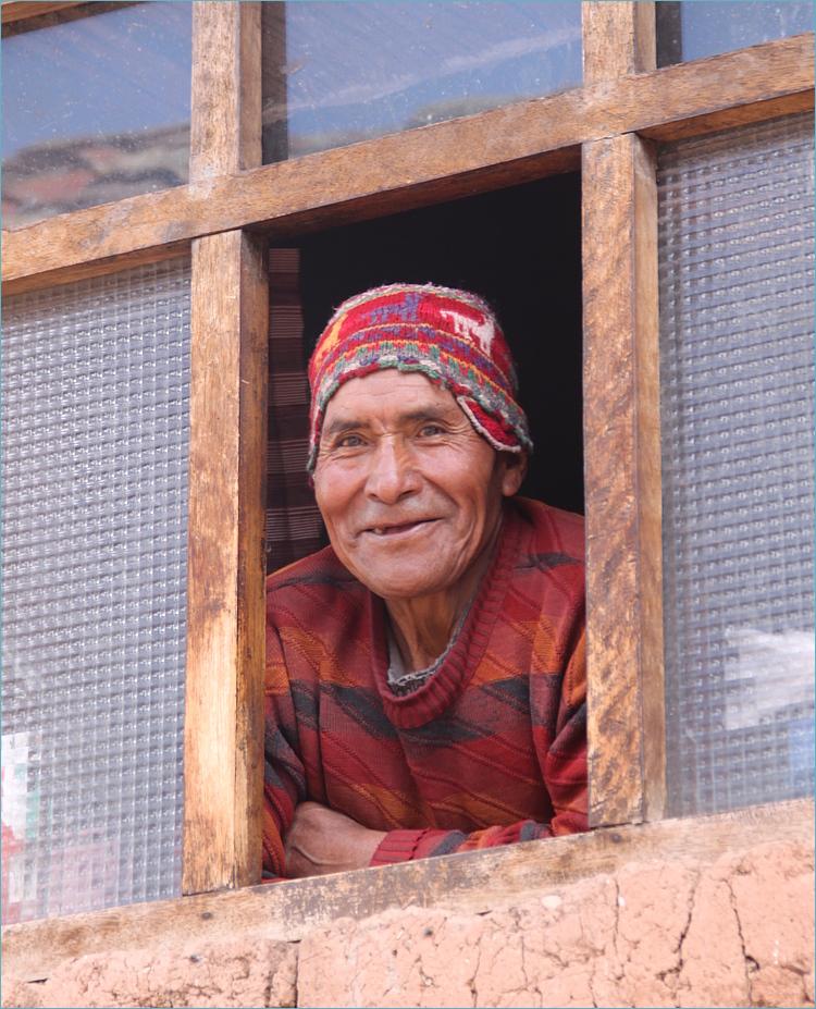 Bauer im Hochland am Fenster ... in Peru