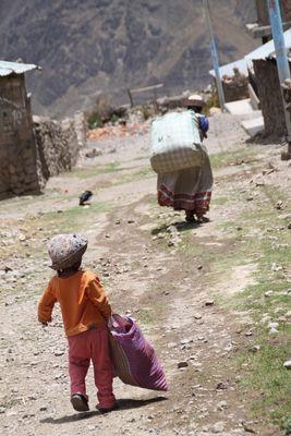 Bauernkind muss schwer tragen ... in Peru
