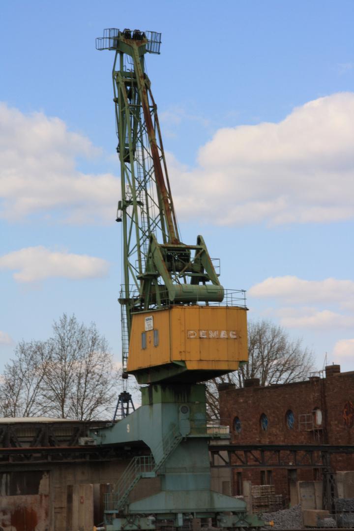 Baufahrzeug am Hafen