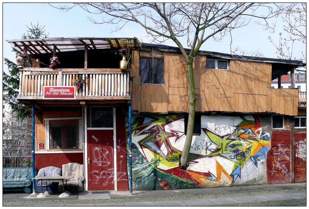 baumhaus an der mauer foto bild architektur stadtlandschaft historisches bilder auf. Black Bedroom Furniture Sets. Home Design Ideas