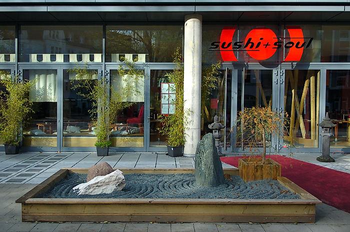 baum_vor_haus_geparkt_#30 - > sushi and soul, dödeldorf