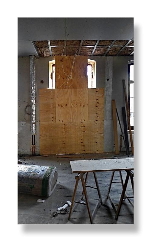 Baustellenromantik 14 ... Elementärgeist wacht über den zukünftige Saal.