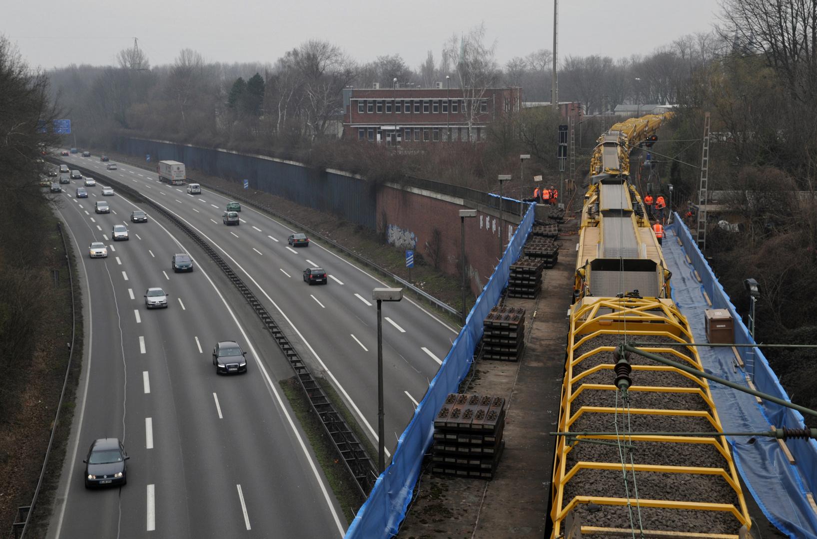 Bauzug über Autobahn