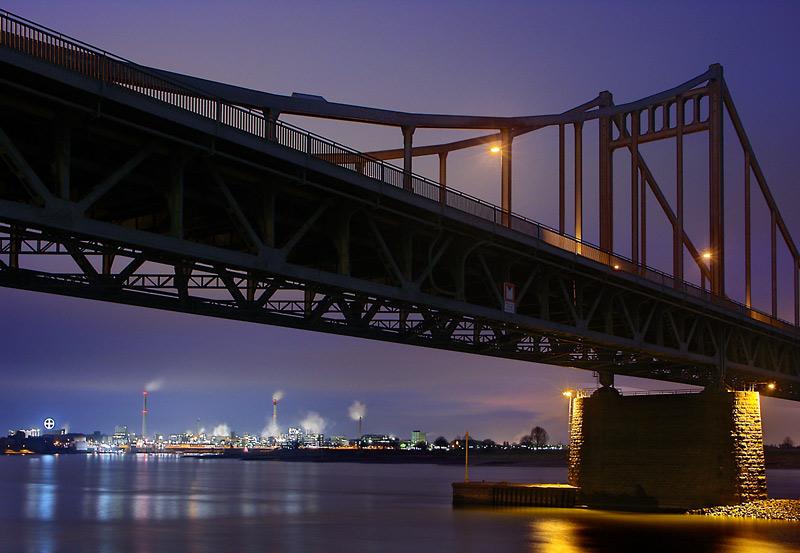 Bayer Leverkusen unter der Brücke oder der Durchblick