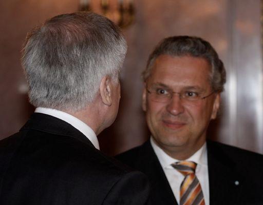 bayerischer Innenminister Hermann erhält die Ernennungsurkunde