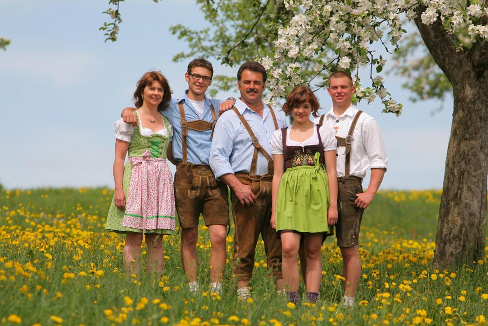 Bayrisches Familienfoto mit Dirndl & Lederhosen