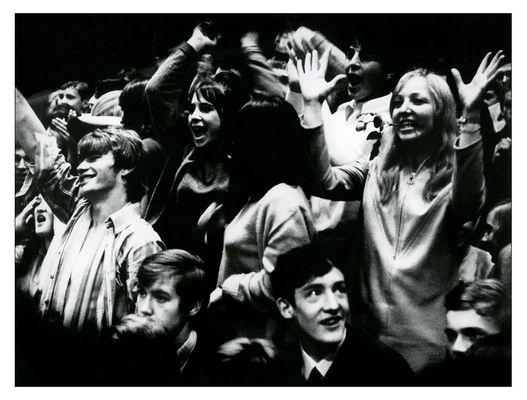 Beatbegeisterung anläßlich eines Rockkonzertes (The Equals) 1967 in der Kasseler Stadthalle.