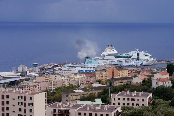 beau nuage sur le port