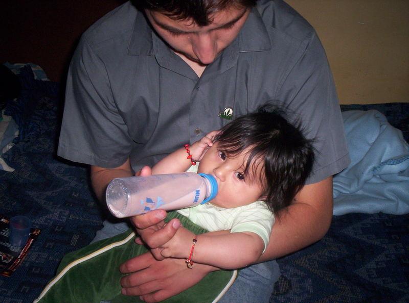 bebe chevaria en brazos de su Padre