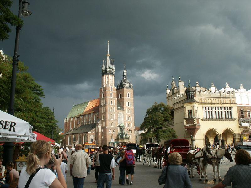 Bedrohliche Wolken über dem großen Markt in Krakau