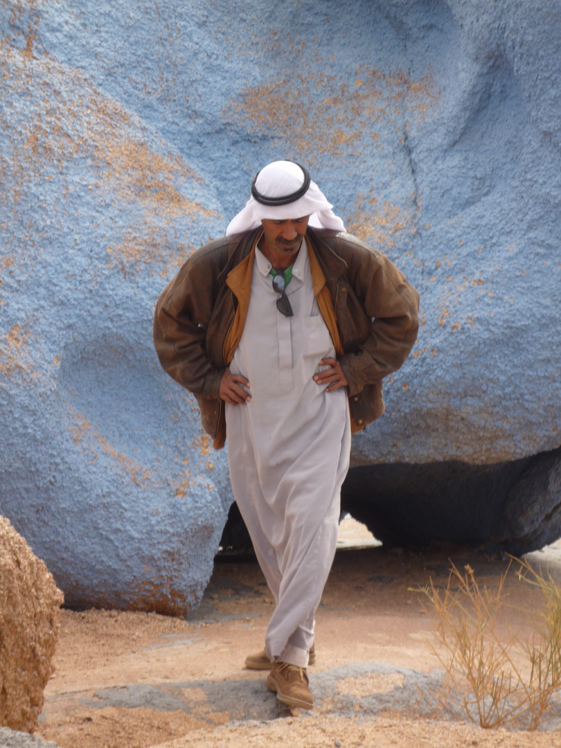 Beduine in der blauen Wüste