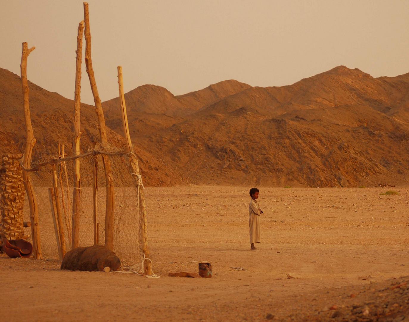 Beduinenkind in der Wüste