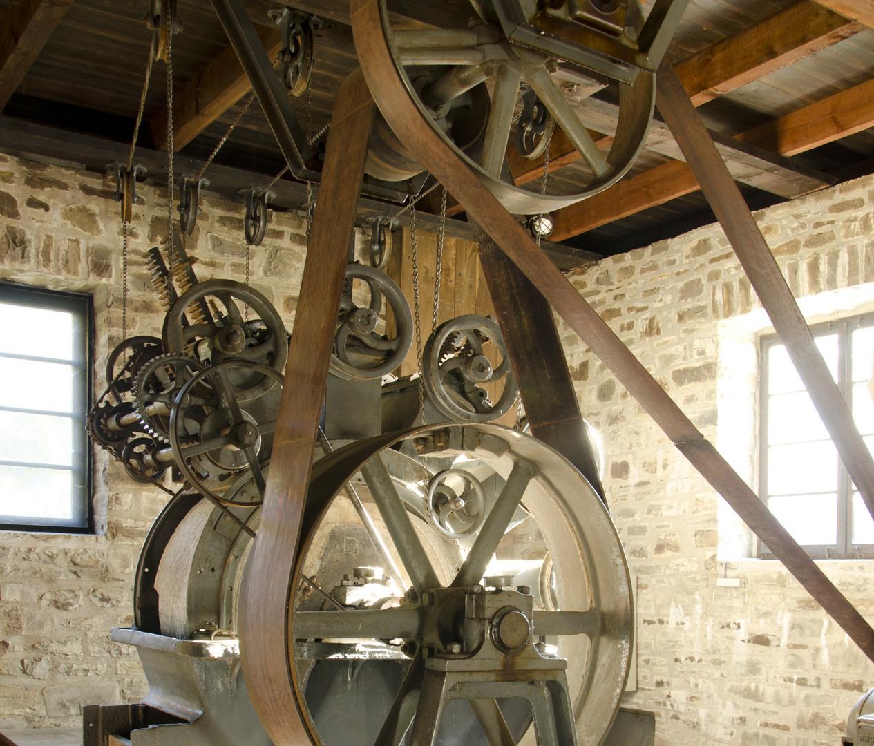 BEEINDRUCKEND  Maschinenausschnitt von einem HOLZSCHLIFFAPPARAT  für Papier- und Pappeherstellung