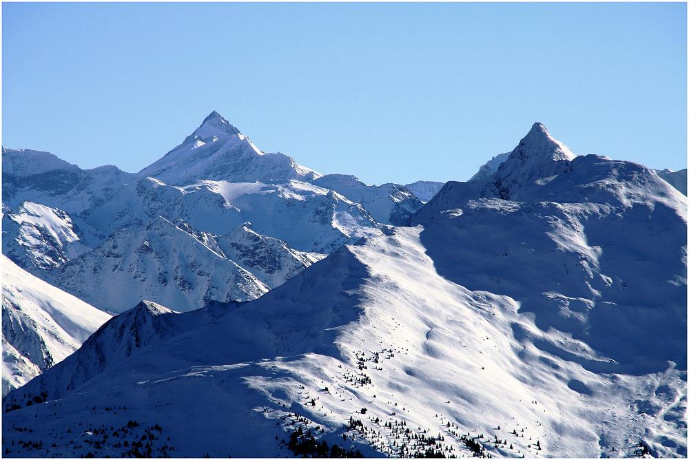 Beeindruckende Berggipfel im gleißenden Sonnenlicht