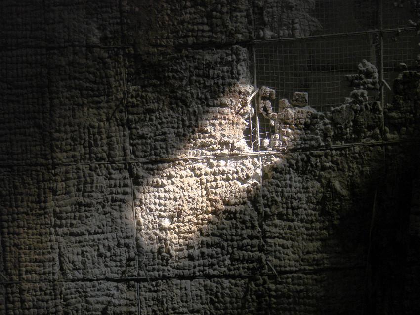 Beelitz 71 – Teil einer heruntergestürzten Deckenverkleidung,