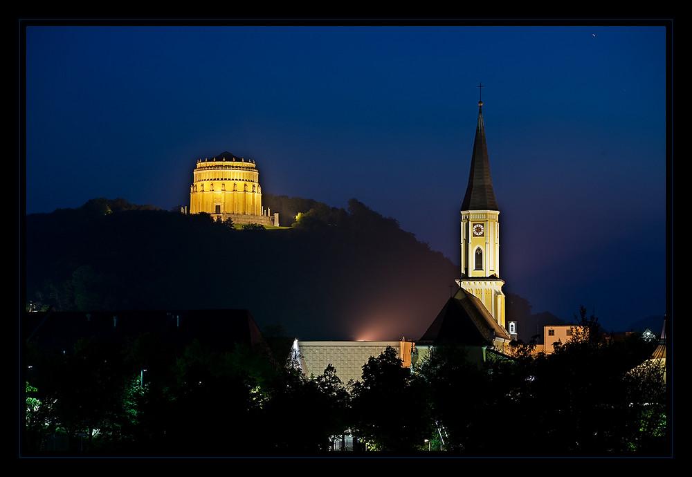 Befreiungshalle und Kath. Pfarramt Maria Himmelfahrt in Kelheim