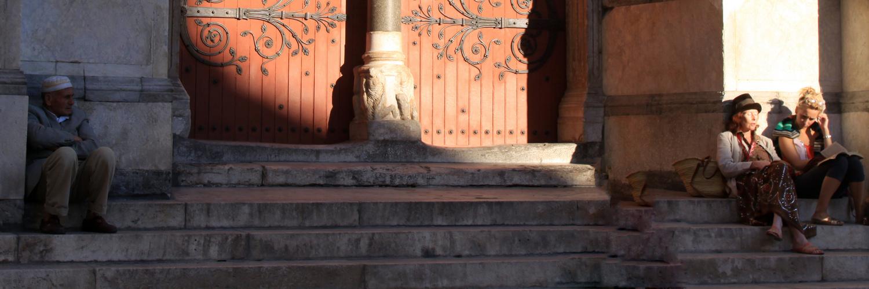 Begegnung vor dem Portal des St-Trophime d'Arles
