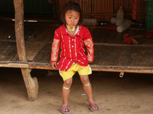 Beginn des Lebens als Langhalsfrau in einem Bergdorf in Nordthailand
