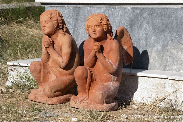 . . . begraben auf crete [9] . . . zwei engel beten im duett . . .