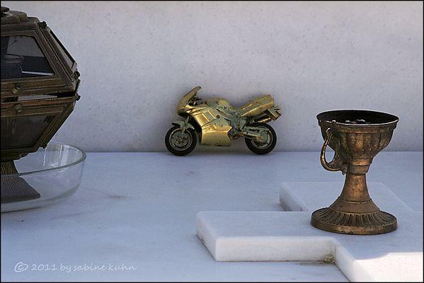 . . . begraben auf kreta [7] . . . geliebt im leben – das motorrad . . .