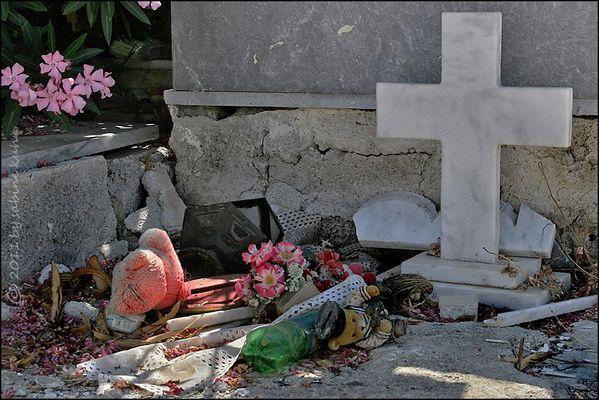 . . . begraben auf kreta [7] . . . geliebt im leben – der kuschelbär . . .