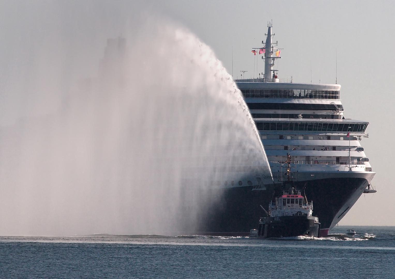 Begrüßung des Luxusliners Queen Elizabeth im Kieler Hafen
