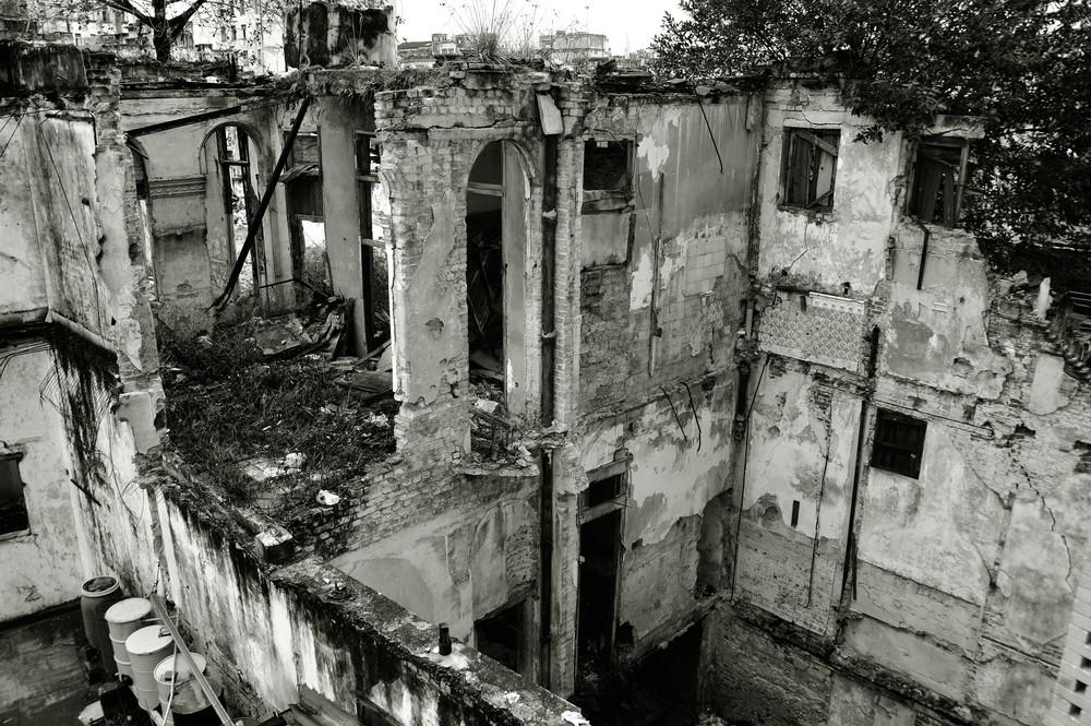 Behind the Walls 01