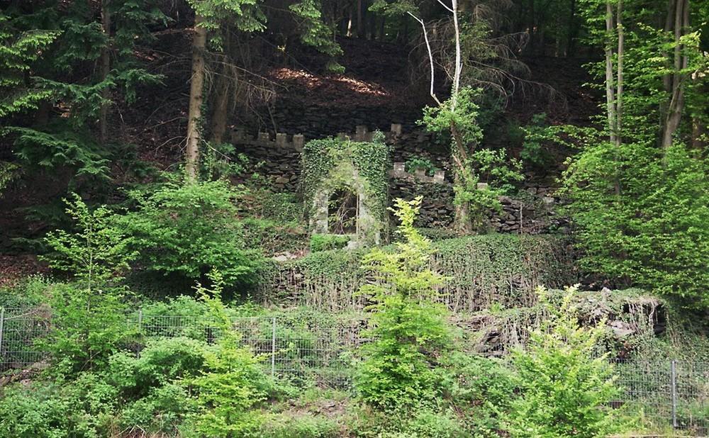 Bei der Müngstener Brücke in Solingen birgt der Wald ....