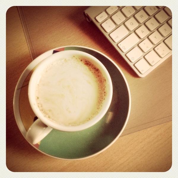 bei einem Kaffe und ein bisschen Sonne auf dem Schreibtisch,