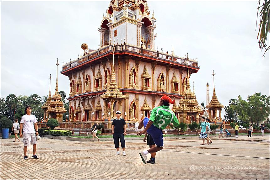 """. . . bei """"gläubigen"""" im wat chalong – spiel, sieg & segen . . . (story inside)"""