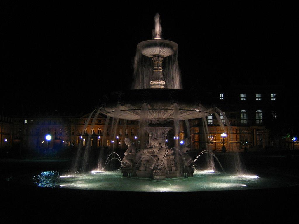 Bei Nacht: Springbrunnen am Schlossplatz in Stuttgart