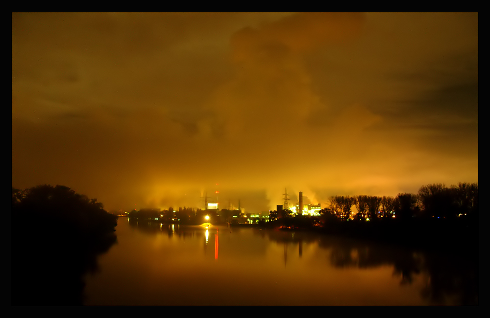 Bei Nacht und Nebel - Fabrik am Rhein