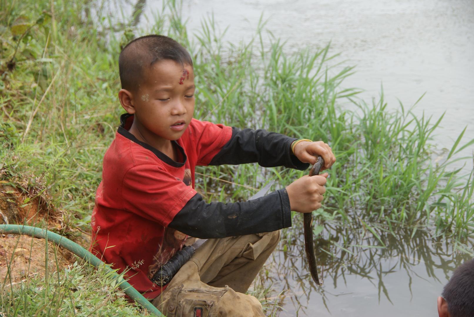 beim aalfang nahe vang vieng, und ganz stolz hat er ihn uns präsentiert, laos 2010