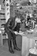 Beim  Autogramme schreiben auf Hiddensee