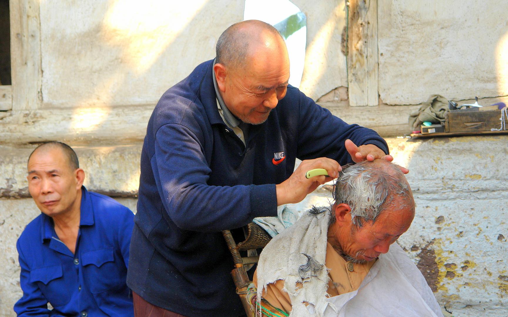 Beim Dorffriseur in Sechuan