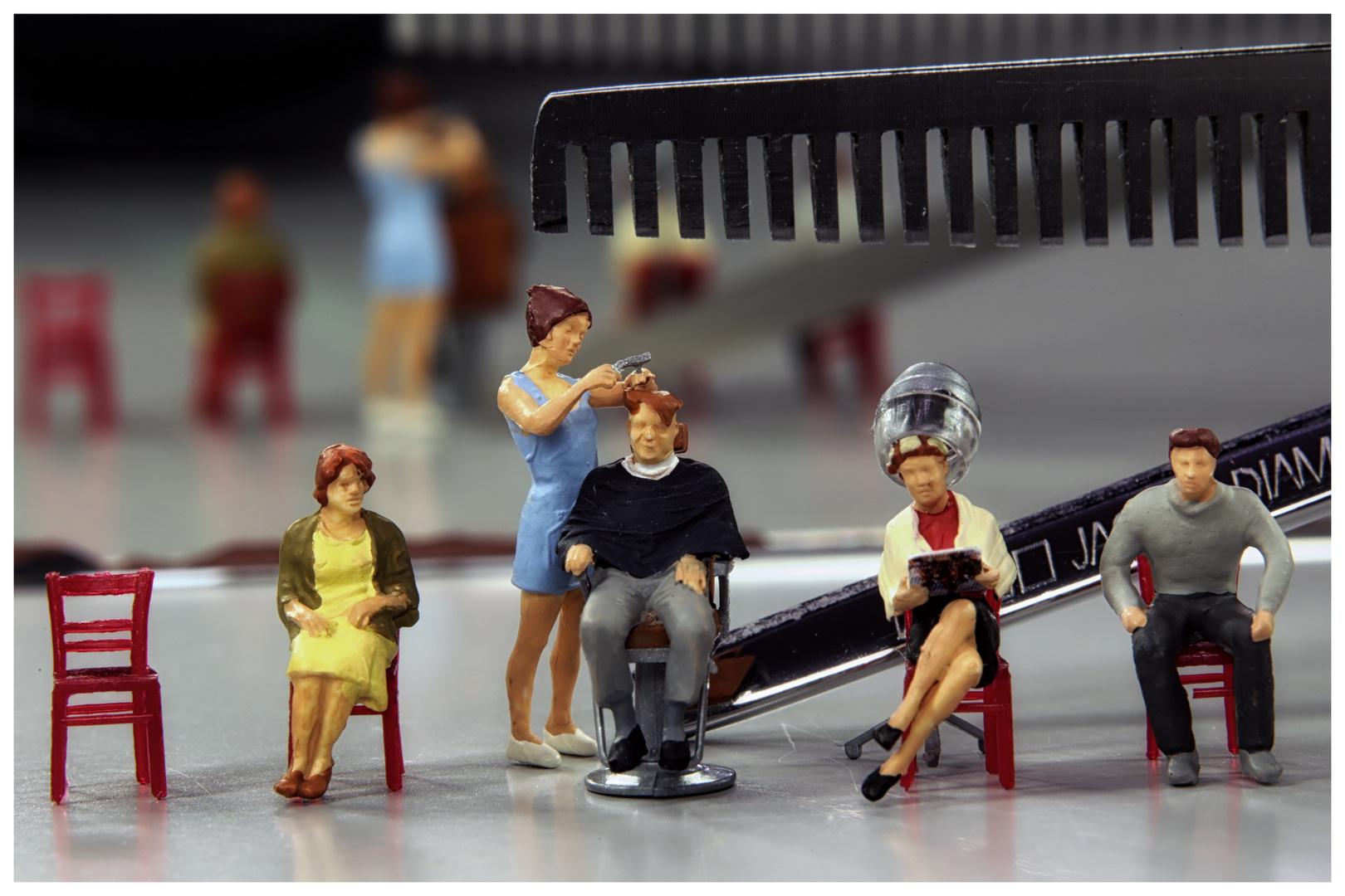 Beim Friseur - scharfer Schnitt