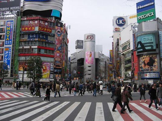 Belebte Kreuzung im Viertel Shibuya in Tokio