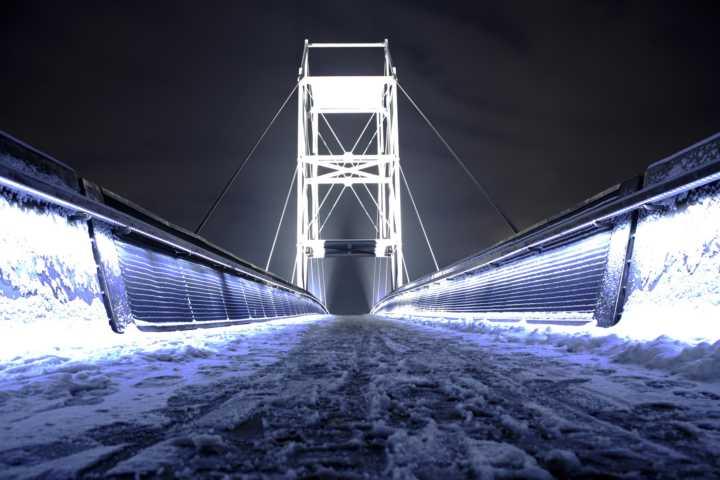 Beleuchtete Brücke bei schnee